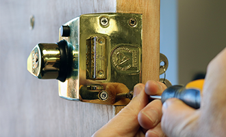 keytek locksmith working on yale lock